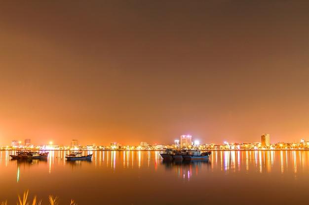 Belle et éclairage la nuit à, danang, vietnam