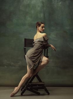Belle élégance de portrait gracieuse ballerine classique danse posant isolé