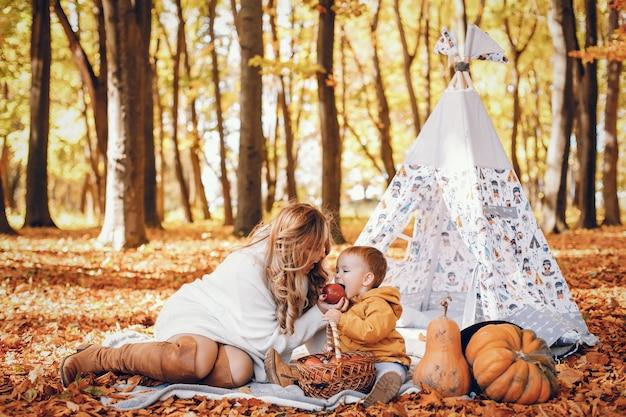 Belle et élégante famille dans un parc