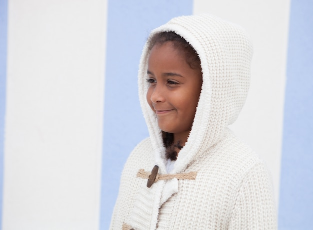 Belle enfant africaine avec fond bleu