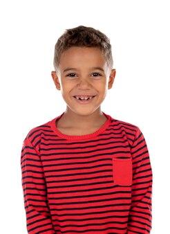Belle enfant latine avec une chemise à rayures rouges