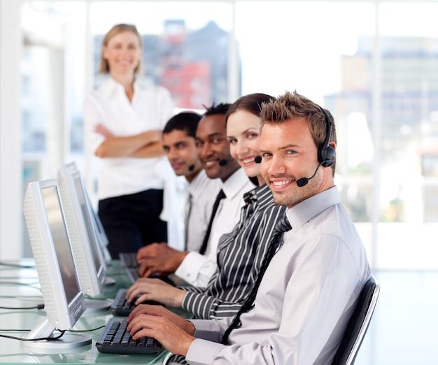 Belle équipe dirigeante leader dans un centre d'appel