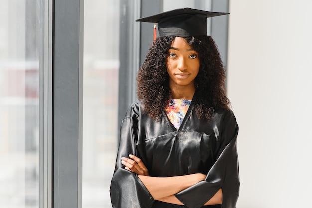 Belle étudiante africaine avec certificat de fin d'études