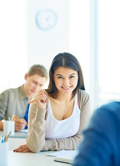 Belle étudiante souriante