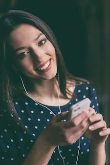 Belle étudiante tenant son téléphone