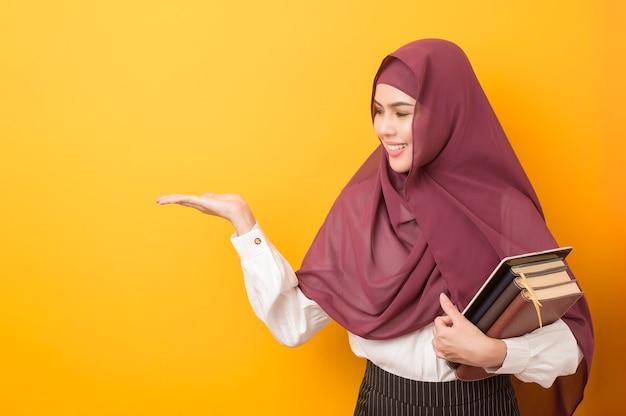 Belle étudiante universitaire avec portrait hijab