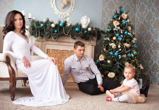 Belle famille en attente de noël