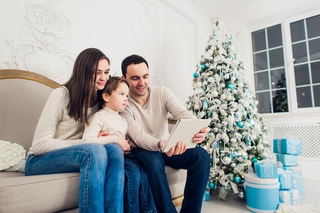 Belle famille célébrant noël