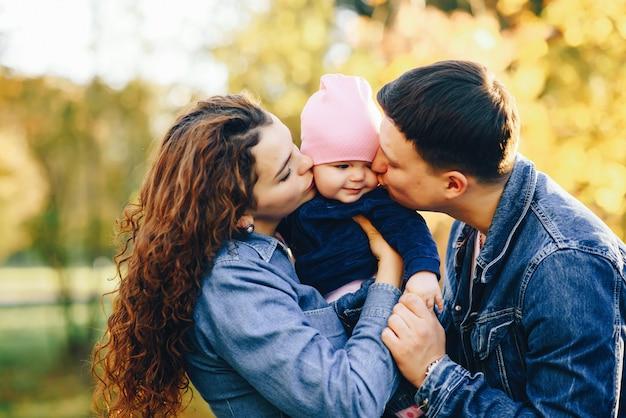 Belle famille dans un parc