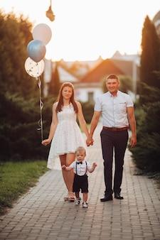 Belle famille avec fils d'anniversaire.