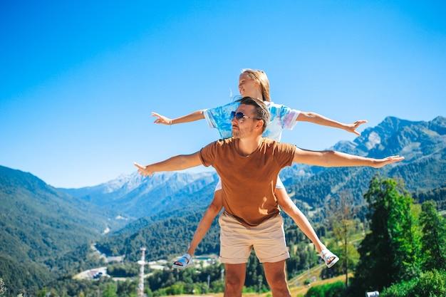 Belle famille heureuse dans les montagnes