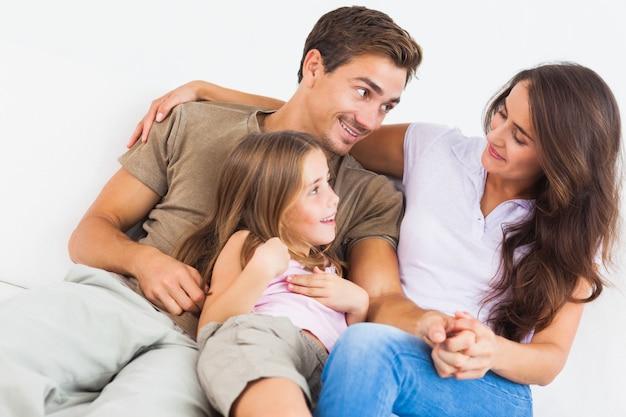Belle famille jouant ensemble sur un canapé
