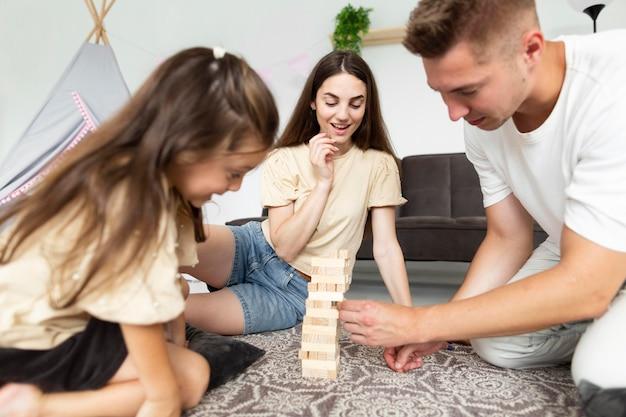 Belle famille jouant ensemble un jeu