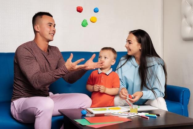 Belle famille jouant avec leur enfant