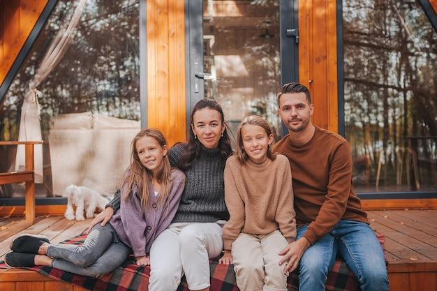 Belle Famille Marchant à La Chaude Journée D'automne Photo Premium