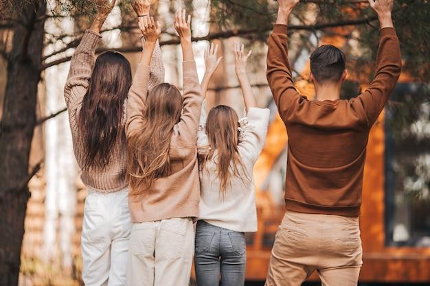 Belle famille marchant à la chaude journée d'automne