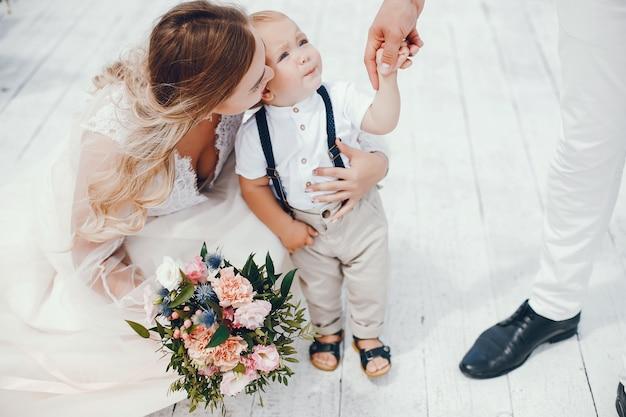 Belle famille avec mignon petit fils