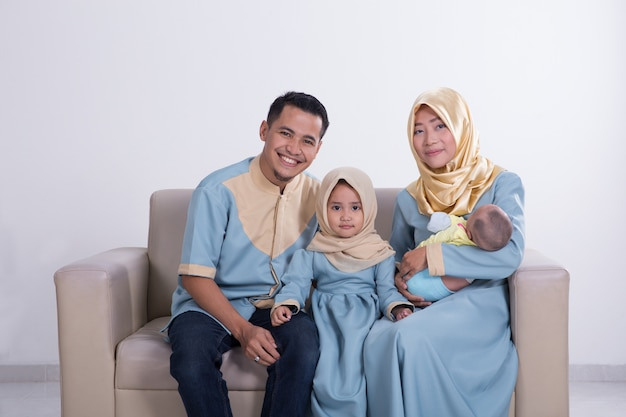 Belle famille musulmane avec enfants ensemble