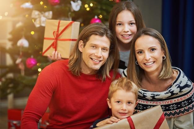 Belle famille passant noël à la maison