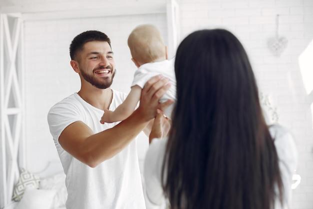 Belle famille passe du temps dans une salle de bain