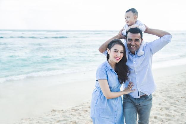 Belle famille avec petit fils s'amuser ensemble tout en vacat