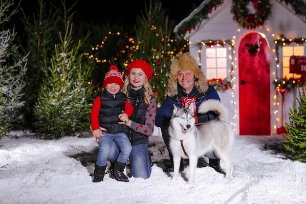 Belle famille avec petit garçon et chien à noël