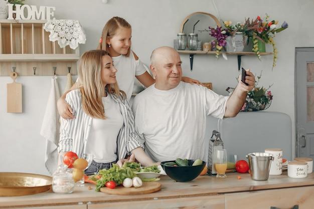 Belle famille prépare des plats dans une cuisine