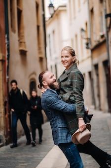 Belle famille avec des promenades dans la vieille ville de lyon en france.un couple se promène dans le vieux lyon en france