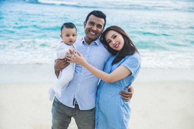 Belle famille souriante lors de vacances sur la plage