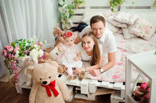 Belle famille sourit et rit, pose à la caméra et huggin