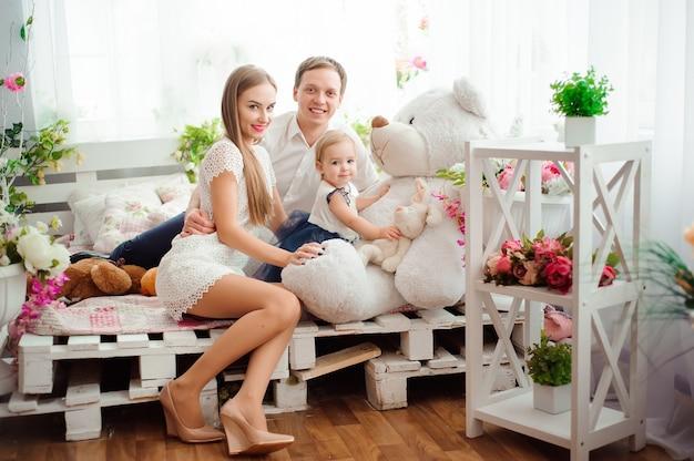 Belle famille sourit et rit, se présentant à la caméra