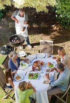 Belle famille en train de manger dans le jardin