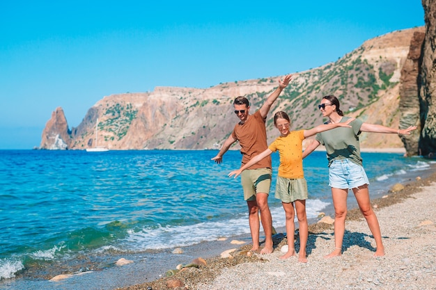 Belle famille en vacances en été
