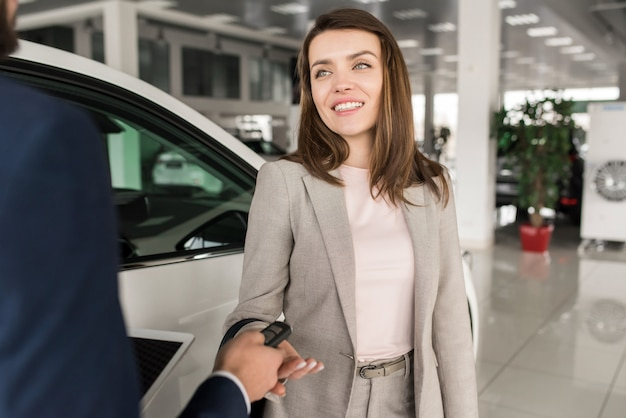 Belle femme, achat voiture