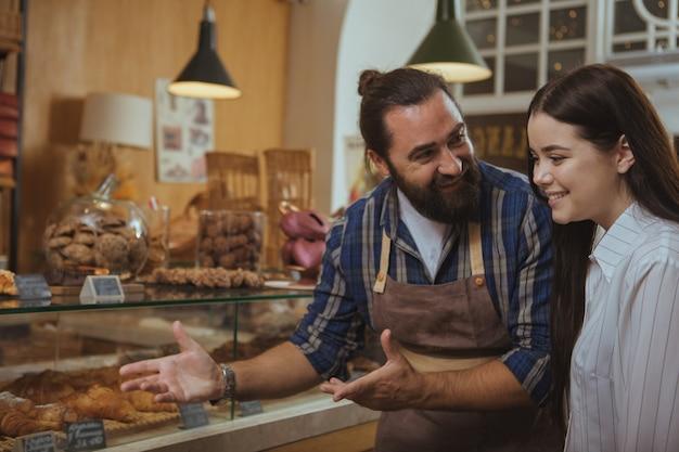 Belle femme achetant des desserts à la boulangerie