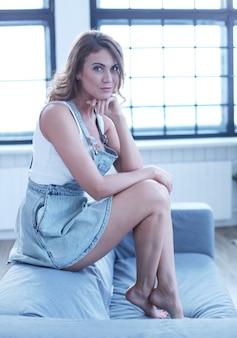 Belle femme adulte posant dans le canapé