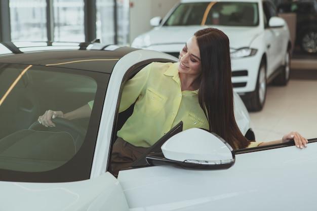 Belle femme d'affaires achetant une nouvelle automobile