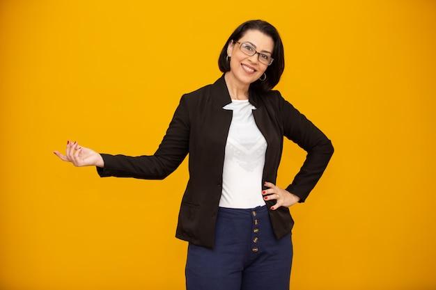 Belle femme d'affaires d'âge moyen souriant