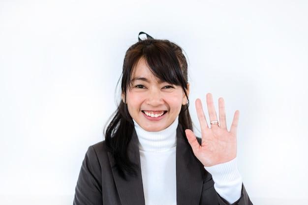 Belle femme d'affaires agitant pour saluer la vidéoconférence