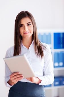 Belle femme d'affaires à l'aide de tablette numérique