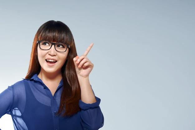 Belle femme d'affaires asiatique avec l'expression du visage de la pensée