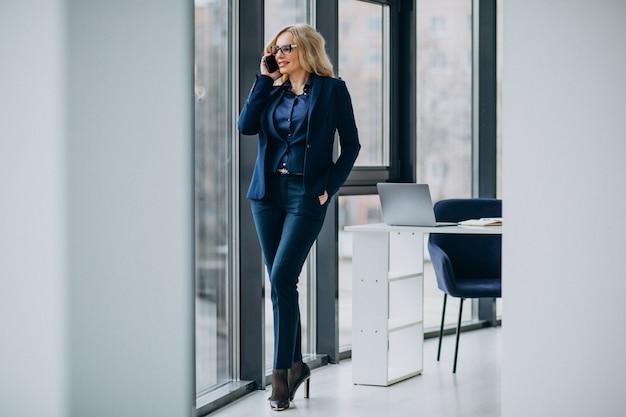Belle femme d'affaires au bureau
