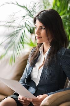 La belle femme d'affaires au bureau