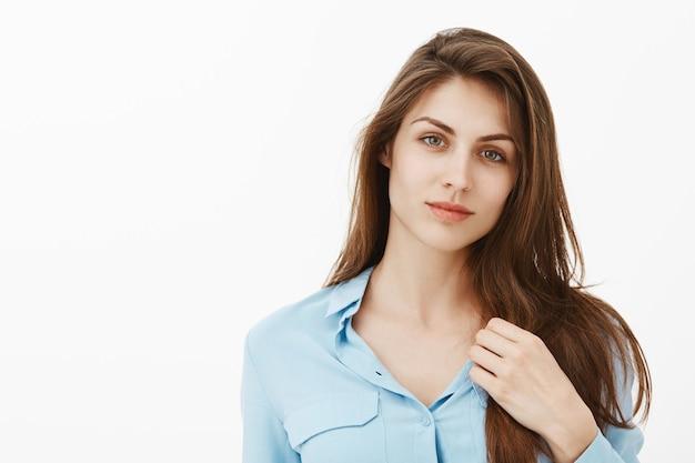 Belle femme d'affaires brune posant dans le studio