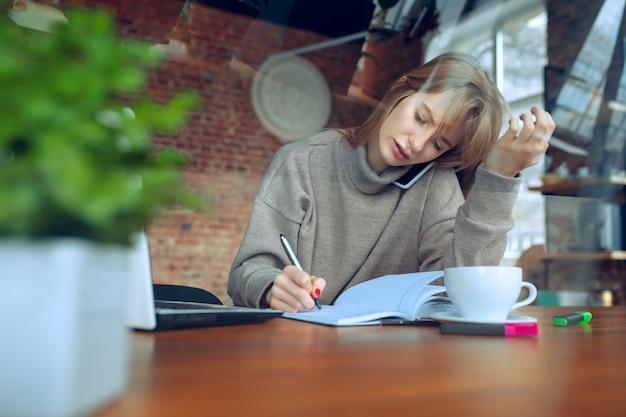 Belle femme d'affaires caucasienne travaillant au bureau avec ordinateur portable