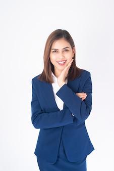 Belle femme d'affaires en costume bleu sourit sur fond blanc