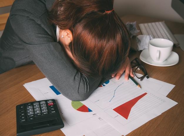 Belle femme d'affaires fatigué du travail au bureau