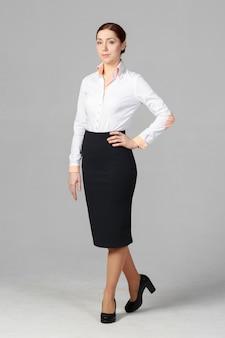 Belle femme d'affaires sur gris