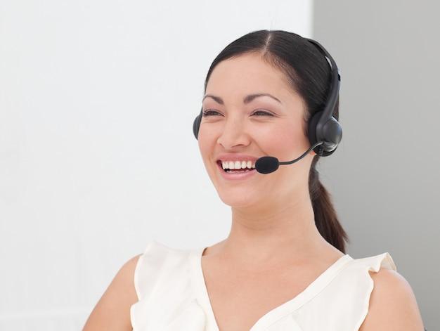 Belle femme d'affaires internationale sur un casque souriant