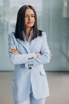 Belle femme d'affaires isolée portant un costume bleu
